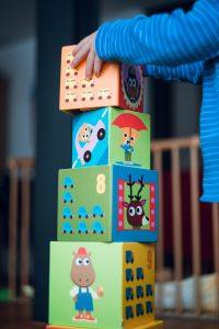 Bambino mentre gioca - torre di cubi