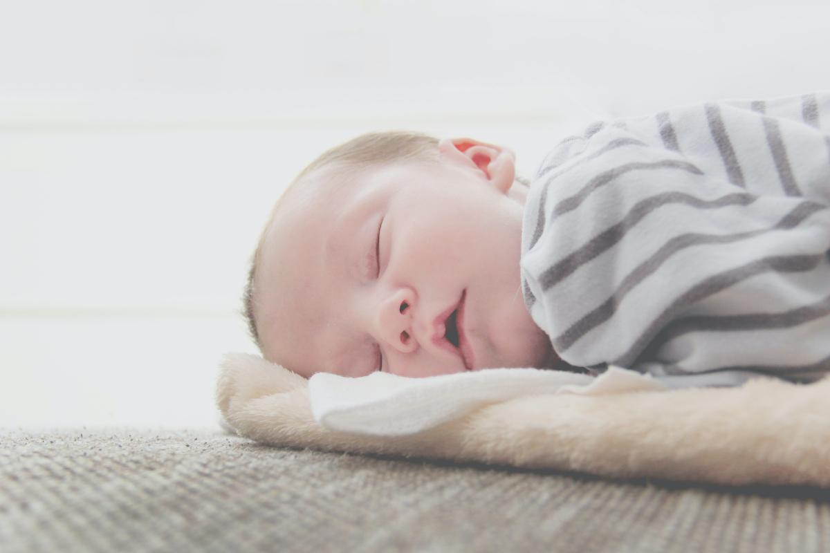 junia pharma - metodi per far addormentare un neonato - bambino di 3 mesi che dorme a pancia in giù
