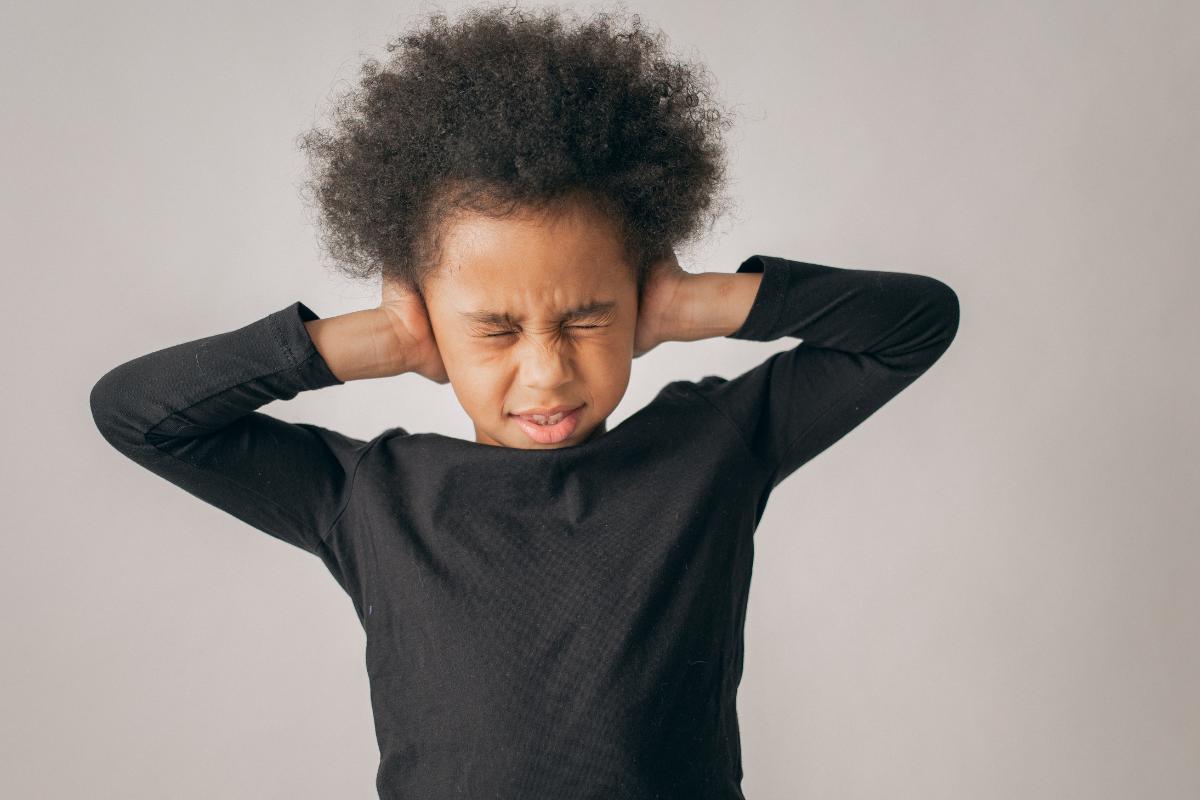 junia pharma - rimedi naturali per il mal d'orecchie nei bambini - bambino che si tappa le orecchie con le mani